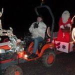 Le Père Noël est reparti en arpentant les rues du village et en distribuant des bonbons