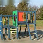 Installation de jeux pour enfants et de bancs pour les parents