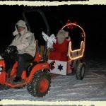 Et au loin, dans le froid glacial, ils l'ont vu arriver, conduit par son chauffeur, se rapprocher petit à petit
