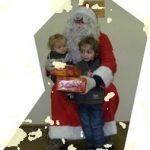 Chaque enfant présent, souvent intimidé, a alors reçu un cadeau des mains du Père Noël